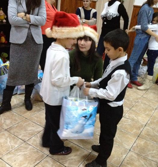 Copii daruiesc cadourile